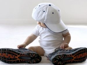 baby_wearing_big_hat_and_big_shoes-640x480-e1356571112103